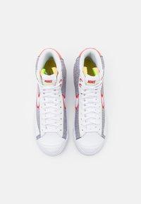 Nike Sportswear - BLAZER MID '77 UNISEX - Baskets montantes - grey/white sport red/electic green - 5