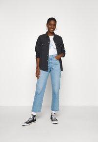Calvin Klein Jeans - IRIDESCENT METALLIC LOGO TEE - Triko spotiskem - bright white - 1