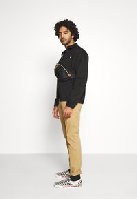 Tommy Jeans - SCANTON PANT - Chino - classic khaki - 3