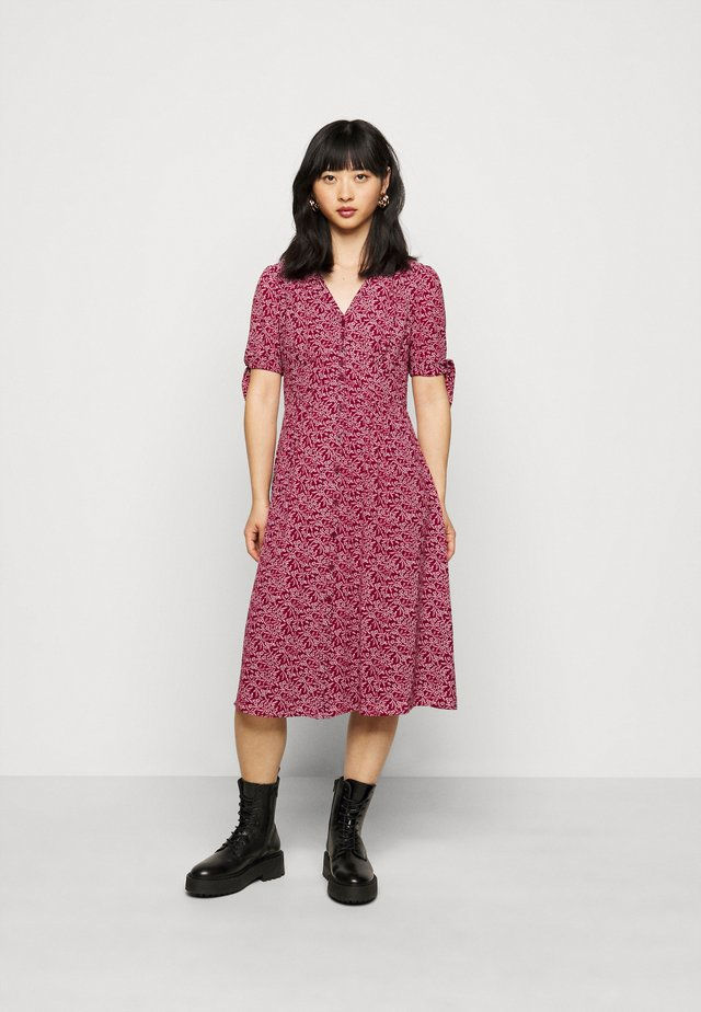 SHORT SLEEVE DAY DRESS - Vapaa-ajan mekko - vibrant garnet/colonial cream