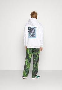 9N1M SENSE - SPECIAL PIECES PANTS UNISEX - Trousers - black/green - 3
