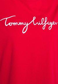 Tommy Hilfiger Curve - REGULAR GRAPHIC TEE - T-shirt imprimé - red - 2