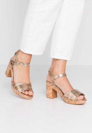 WIDE FIT RHONDA - Sandály na vysokém podpatku - gold