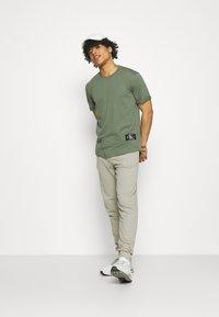Calvin Klein Jeans - LOGO PANT - Verryttelyhousut - elephant skin - 1
