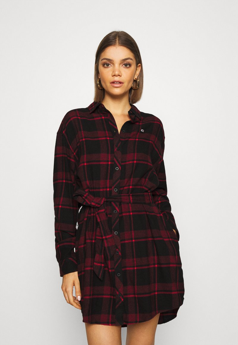 Tommy Jeans - DRESS - Blousejurk - deep crimson/black