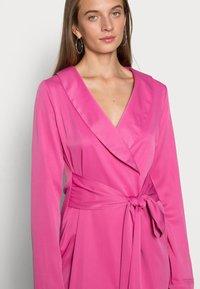 IN THE STYLE - TIE WAIST SATINBLAZER DRESS - Cocktail dress / Party dress - pink - 4