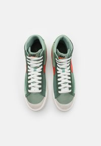 Nike Sportswear - BLAZER MID '77 PATCH - Zapatillas altas - dutch green/orange/galactic jade - 5