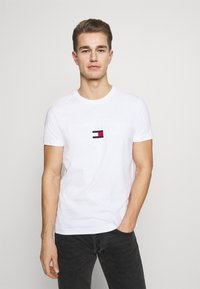 Tommy Hilfiger - ARCHIVE GRAPHIC TEE - T-shirt med print - white - 0