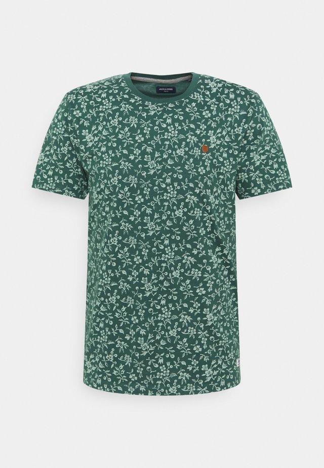 JPRBLUTOM TEE CREW NECK - T-shirt print - bistro green