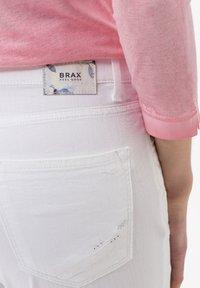 BRAX - STYLE CARO  - Slim fit jeans - white - 3