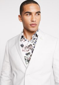 Isaac Dewhirst - WEDDING SUIT PALE - Oblek - stone - 6