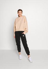 Nike Sportswear - CREW TREND - Sweatshirt - shimmer/white - 1