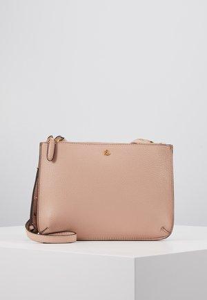 CARTER CROSSBODY MEDIUM - Taška spříčným popruhem - mellow pink