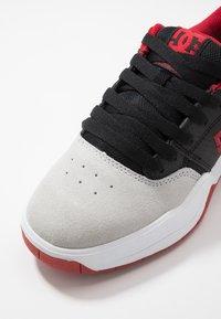 DC Shoes - CENTRAL - Obuwie deskorolkowe - black/red/grey - 5