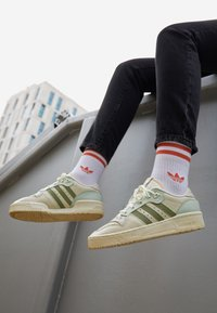 adidas Originals - RIVALRY  - Sneakers laag - offwhite/tent green/linen green - 1