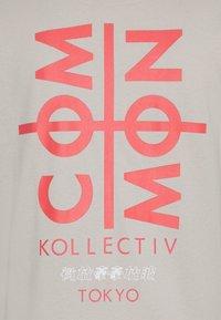 Common Kollectiv - TOKYO UNISEX - T-shirt med print - light grey - 2