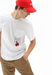 Vans - MN NEW VARSITY POCKET SS - T-shirt med print - white - 0