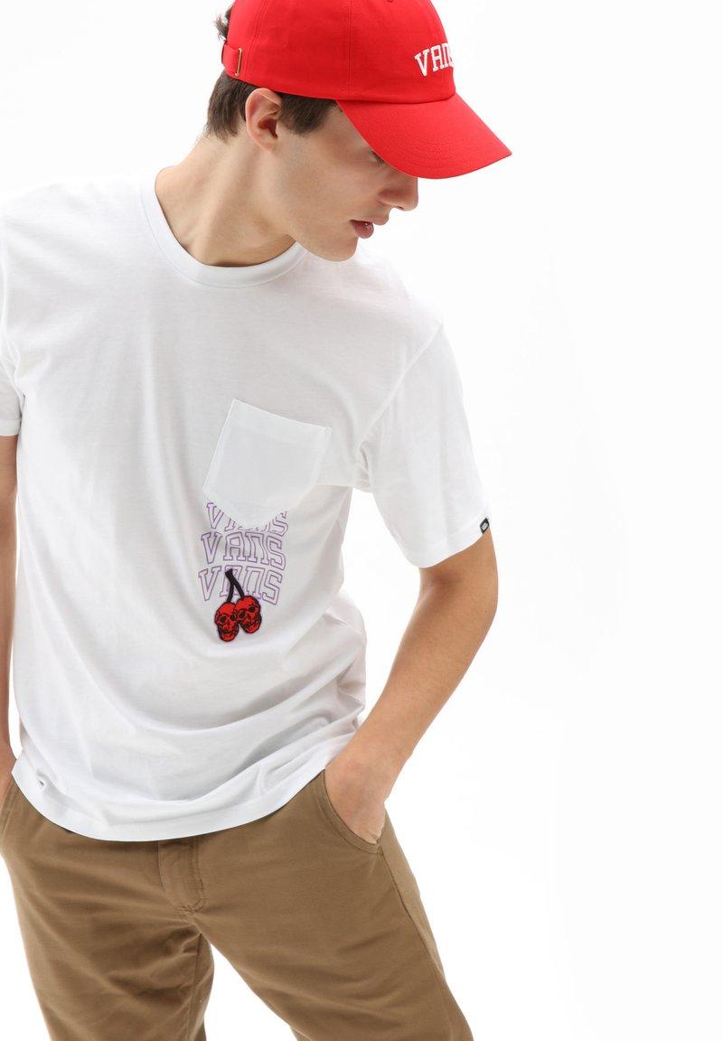 Vans - MN NEW VARSITY POCKET SS - T-shirt med print - white