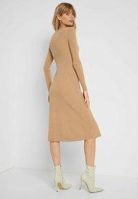 ORSAY - MIT V-AUSSCHNITT - Jumper dress - beige floral - 1
