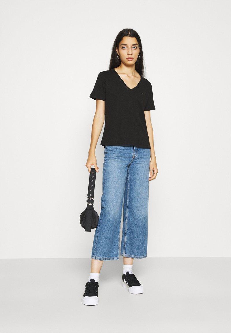 Tommy Jeans - 2PACK V NECK TEE - T-shirt z nadrukiem - black