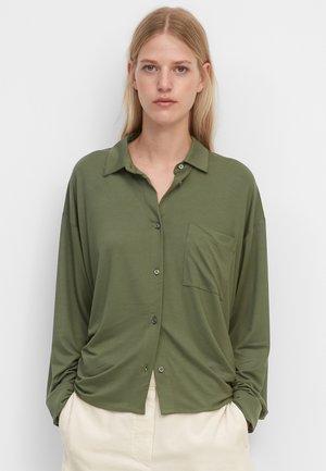 MIT GERAFFTER RÜCKENPARTIE - Button-down blouse - fresh moss