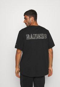 New Era - NFL LAS VEGAS RAIDERS GEOMETRIC CAMO BASEBALL JERSEY - Klubové oblečení - black - 2