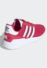 adidas Originals - LA TRAINER LITE SHOES - Sneakers laag - pink - 5