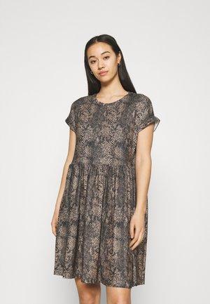 VMBRITTAPRINT O NECK SHORT DRESS - Day dress - black/laurel wreath