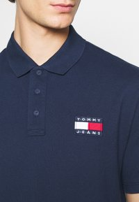 Tommy Jeans - BADGE - Polo shirt - twilight navy - 5