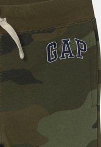 GAP - BOY HERITAGE LOGO  - Tracksuit bottoms - green - 2