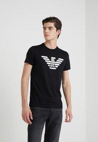 Emporio Armani - Camiseta estampada - black - 0