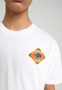 Napapijri - S-ALHOA - T-shirt med print - white graph l - 4