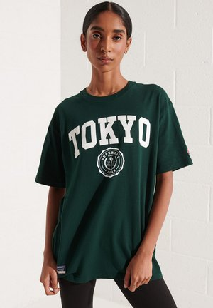 CITY COLLEGE - Print T-shirt - enamel green