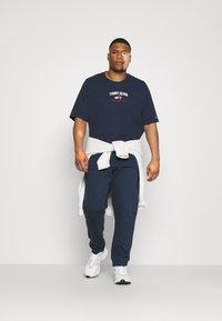 Tommy Jeans Plus - TIMELESS SCRIPT TEE - Print T-shirt - twilight navy - 1