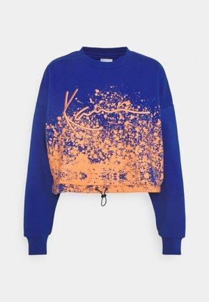 SIGNATURE CROPPED PAINT SPLATTER CREW - Sweatshirt - blue