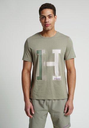 HMLLANEWAY - T-shirts print - vetiver