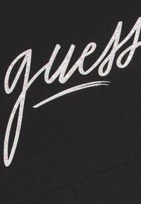 Guess - JUNIOR - Print T-shirt - jet black - 2