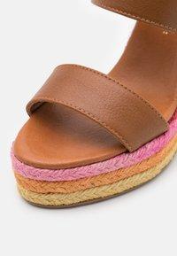 Kurt Geiger London - ARIANA WEDGE MULE - Pantofle na podpatku - tan - 6