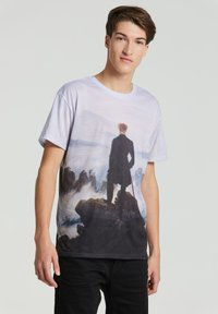 Mr. GUGU & Miss GO - WANDERER ABOVE THE SEA OF FOG - Print T-shirt - blue - 0
