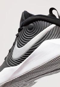 Nike Performance - TEAM HUSTLE D 9 UNISEX - Basketbalové boty - black/metallic silver/wolf grey/white - 2