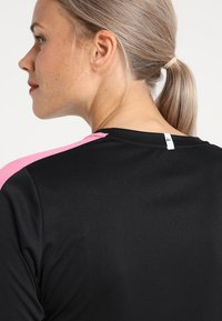 Craft - PROGRESS CONTRAST - T-shirt de sport - black/pop - 6