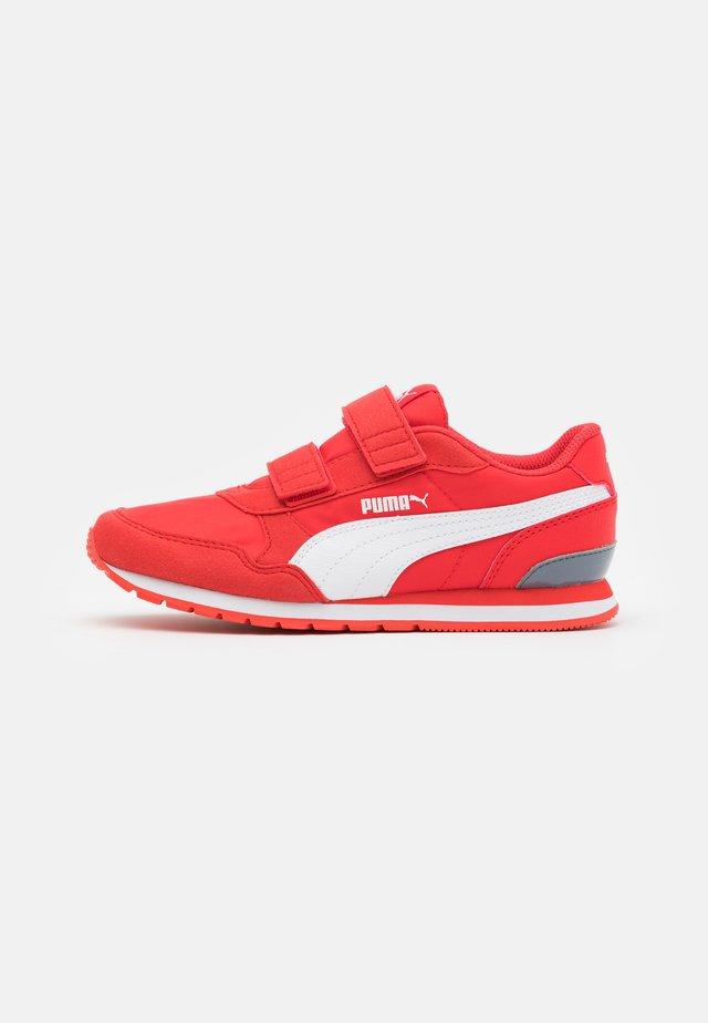 ST RUNNER V2 - Sneakers laag - poppy red/white/flint stone