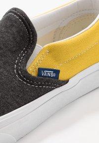 Vans - CLASSIC - Loaferit/pistokkaat - black/true white - 6