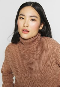 Missguided - ROLL NECK CROP JUMPER - Jumper - dusty camel - 3