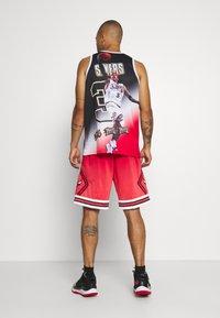 Mitchell & Ness - NBA CHICAGO BULLS NBA OLD ENGLISH FADED SWINGMAN - Sportovní kraťasy - red - 2