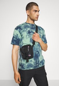 Champion Reverse Weave - SMALL SHOULDER BAG - Across body bag - black - 1