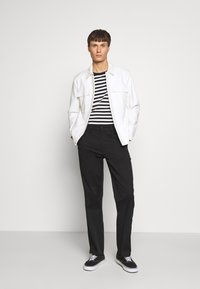 Nudie Jeans - LAZY LEO - Chino kalhoty - black - 1