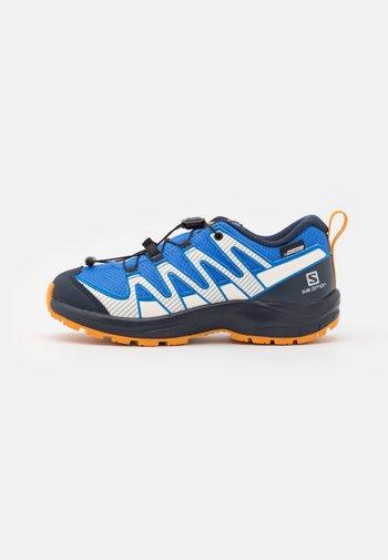 XA PRO V8 CSWP UNISEX - Hiking shoes - palace blue/navy blazer/butterscotch
