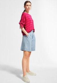 comma casual identity - MIT TUNNELZUG-DETAILS - Blouse - magenta woven stripes - 1