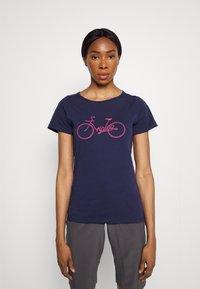 Triple2 - TUUR EEN BIKE - Print T-shirt - peacoat - 0